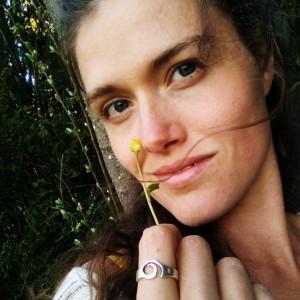 Frau sinnlich mit Blume in der Natur